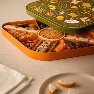 Cette année encore, la star de notre collection de Noël est notre coffret des 13 Desserts de Provence. Symbole d'abondance et de partage, les 13 Desserts se dégustent à Noël et cette tradition provençale se perpétue depuis plusieurs siècles. Edition spéciale avec 1€ reversé à l'association Act For Planet en soutien à la filière apicole provençale 🐝.   Saurez-vous nommez les 13 Desserts ?  #13desserts #tradition #artisanat #LeRoyRené #Provence #Noël #aixenprovence #partage   👉 à découvrir ici : https://bit.ly/3lmD5wu