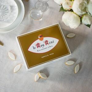 Fête des grands-mères 💙 Le dimanche 7 mars invitez des douceurs d'exception à votre table, le Calisson d'Aix est l'attention parfaite pour gâter les grands-mères.  En plus, profitez d'un bracelet jonc offert 🎁*  *dès 35€ d'achat jusqu'au mercredi 3 mars sur le site web, et jusqu'au samedi 6 mars en boutique Aix-en-Pce Calade, Pioline, Saporta, Arles, Dijon, Nîmes, Salon-de-Provence et Lyon