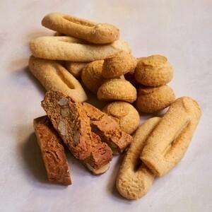 Les biscuits du Roy René 🌾  Parmi les grands classiques de la gastronomie Provençale, quels sont vos biscuits favoris ?  Les navettes, dont la recette a été revisitée par @pierrehermeofficial ? Les croquants au miel de lavande et aux amandes entières Méditerranéennes ? Les sablés avec une pointe de fleur de sel de Camargue, ou bien les macarons de Provence moelleux et fondants ?  Découvrez notre nouvelle collection 👉 https://bit.ly/3wQqLMb #biscuits #macarons #navettes #sablés #croquants #amandes #miel #gastronomie #artisanbiscuitier #LeRoyRené #traditions #france #Provence Crédits photos Marie-Pierre Morel