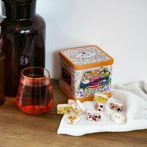 Les petits nougats création du Roy René ⚜️ Une attention spéciale ? Une envie d'offrir une boîte collector remplie de douceurs ? Elle est composée d'un assortiment de nos meilleures recettes, du nougat traditionnel au nougat création (nougat blanc, nougat aux fruits rouges, à la pistache, et aux agrumes). #nougat #nougats #pistache #nougatblanc #miel #provence #agrumes #fruitsrouges #confiserie #leroyrené #artisanat #aixenprovence #aixmaville #aix