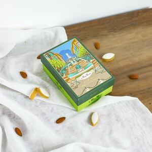 Aix-en-Provence, c'est le berceau du Calisson ⚜️  C'est ici que la recette des Calissons est née en 1454, à la demande du Roi René 👑  La ville aux mille fontaines a toujours été au centre de l'inspiration des artisans du Roy René, dont le premier atelier fût fondé en 1920 dans la rue Papassaudi ⛲🌞 C'est pourquoi nous lançons notre nouvelle collection de boîte villes, dont la plus symbolique reste celle dans laquelle nous fabriquons encore aujourd'hui nos douceurs.  Quels sont vos plus beaux souvenirs de la belle Aix ? #aixenprovence #aixmaville #aix #provence #leroyrené #calisson #calissons #confiserie #collector #nougats #amandes #soleil #sud