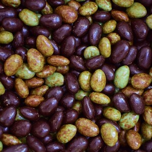 Calamandes et olivettes sont deux confiseries emblématiques de la gastronomie provençale, partagées notamment durant les repas de fêtes ⚜️  Les olivettes rendent hommage à l'olivier qui habille nos paysages de vert et de noir, elles sont faites d'amandes torréfiées enrobées de chocolat noir et d'une fine couche de chocolat blanc 🍫  Les calamandes sont également faites d'amandes délicatement torréfiées, puis enrobées d'une fine couche de nougat ainsi que de chocolat au lait ou blanc.  #calamandes #olivettes #confiserie #enrobés #chocolat #chocolatnoir #chocolatblanc #chocolataulait #provence #traditions #amande #leroyrené #savoirfaire #artisanat #EPV #chocolate #aixenprovence #fêtes #partage #délice #instafood #gastronomie #olivier