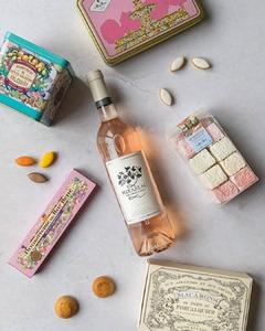 Un magnifique concours avec @mirabeauwine, créateur de rosés d'exception dans le Var, en Provence ⚜️  Nous nous sommes associés avec ces créateurs qui proposent une splendide collection de vins 🍷 ☀.   Pour tenter de gagner un lot composé de nougat aux fruits rouges et cassis, des guimauves, des macarons aux amandes, des petits calissons ainsi que 3 bouteilles de rosé, il vous suffit de :  - liker cette publication - suivre les comptes @mirabeauwine et @leroyreneofficiel - identifier un(e) ami(e) avec qui vous rêvez de visiter la Provence ❤️  Tirage au sort le 23 janvier, concours réservé aux personnes majeures. Bonne chance à tous 🍀 ! L'abus d'alcool est dangereux pour la santé, à consommer avec modération.   #concours #mirabeauwine #rosé #var #Provence #calisson #douceurs #LeRoyRené #giveaway #artisanat